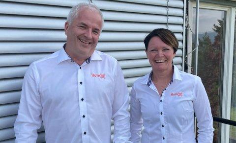 GLAD FOR STØTTE: Lars Martin Lund, styreleder, og Barbro Moen Sternsten, vekstpilot, er glad for støtte fra Viken fylkeskommune. - Dette er helt innertier, sier de.