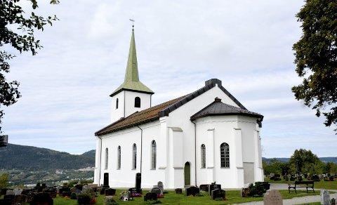 UTSIKT: Tranby kirke ligger luftig og og vakkert til med vidt utsyn over Lierdalen. Her er kirken sett fra sør-øst.