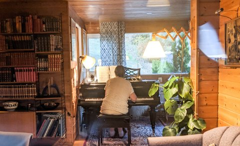 ISOLASJON: Når hun likevel måtte holde seg innendørs, så bruke Eva Øierud pandemitiden til å øve på piano. Nå skal hun holde konsert i egen hage.
