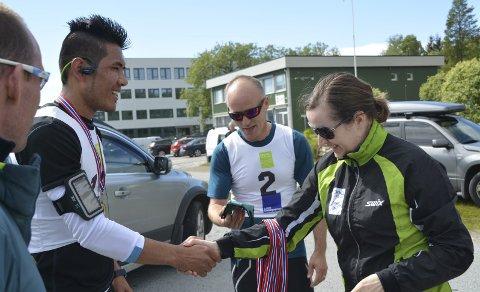 Gratulasjon: Raskest gjennom løypa var Ashraf Sultani, og her får han medalje og gratulasjoner fra Toril Johansen i Leknes Skiklubb.