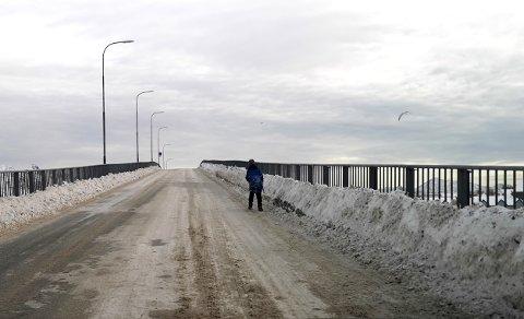 Svinøybrua i Svolvær er ikke tilrettelagt for myke trafikanter på vinterstid.  På Svinøya bor det i dag 13 barnefamilier, og flere barn bruker brua som skolevei daglig.