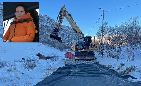 Monica Larsen og lysløypegruppa i Stamsund har fått Rasmussen anlegg til å starte arbeidet med lysløypa.