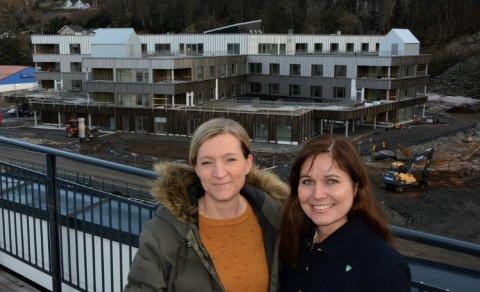 KORONASYKEHUS: Prosjektleder Ingunn Skretting (til venstre) sier at det nå jobbes på spreng for å ferdigstille Helsehuset i tilfelle det blir behov for å ta det i bruk til koronasyke. Til høyre virksomhetsleder Anne Sanden Kvinen.