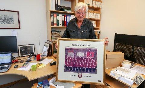 FRA ARKIVET: Ernst Rolf i Mosseregionens musikkråd med et bilde av Høiden Mannskor som feiret sitt 70-årsjubileum i 1987. Nå er koret nedlagt.