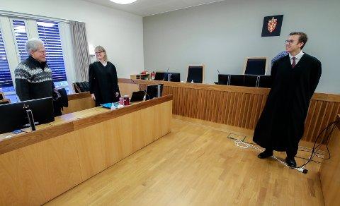 MØTTES I RETTEN: BBMs leder Jonathan Parker (fra venstre) og advokat Tine Larsen møtte advokat Andreas Hjetland fra Regjeringsadvokatens kontor i Moss tingrett mandag.