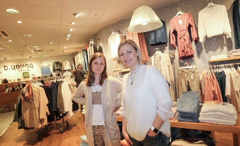 GLEDER SEG: Butikkledelsen i b. young gleder seg til å ta med seg forretningen og flytte den over i den nye delen av Amfi Moss. - Det kommer til å bli veldig fint, sier butikksjef Linda Skovdahl (t.h.) og ass. butikksjef Mari Gran.