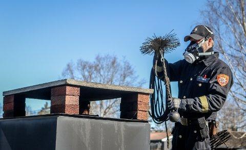 KLAR: MIB-feier Hans-Arne Øverås tar mer enn gjerne frem utstyret og feier til om dagen.