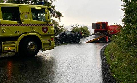 NESTEN: Det var ikke langt ifra at bilen tippet ut i tjernet. Her blir bilen tauet opp.