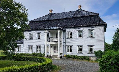 LOKAL HISTORIE: Torderød gård har en unik samling med sju gamle jernovner. Tre av dem er støpt på Moss Jernverk, to i 1769 og en i 1827.