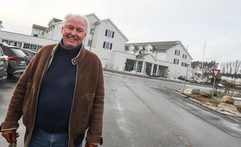 HOLDER HUMØRET OPPE: Stig Fische er glad for at Støtvig Hotel i Larkollen gikk i pluss i fjor. Nå håper han at hotellet kan bli åpnet i alle fall til 17. mai.