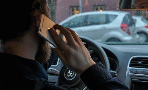 DYRE SAMTALER: Nå straffer det seg mye mer enn før å bli tatt for å bruke mobilen under kjøring.