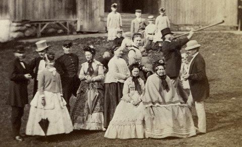 Forretningsmannen Thomas Heftye ønsket sine gjester velkommen til Sarabråten med en fanfare på lur. Her er slekt og venner samlet på tunet på Østmarkaplassen i 1870.
