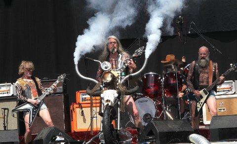 BLACK DEBBATH: Hardrockband med flere lokale medlemmer på scenen på Ekebergsletta.