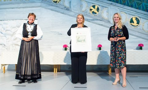 MOTTOK PRIS: Ordfører Marianne Borgen (til venstre) og Eivor Evenrud (til høyre), leder for kultur- og utdanningsutvalget, delte ut Oslo bys kulturpris til Østensjø barne- og ungdomsteater, her representert ved styreleder Kristine Reknes.