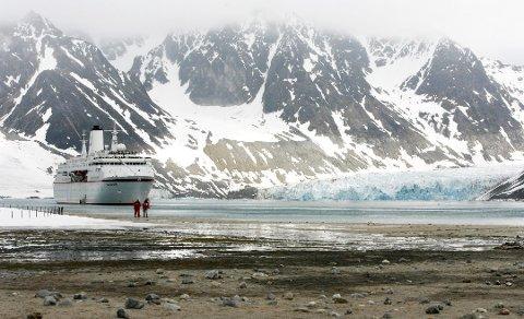 POPULÆRT OMRÅDE: Cruiseskipet «Deutschland» i Magdalenefjorden på Svalbard, med Waggonwaybreen til høyre. Foto: NTB Scanpix
