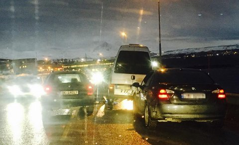 TRØBBEL: En lastebil mistet tirsdag formiddag et hjul i Tromsdalen.