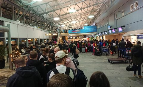 LANG KØ: Mange må vente lenge når køen på Tromsø Lufthavn går fra sikkerhetskontrollen til enden av avgangshallen.