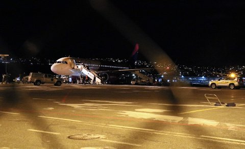 SMITTE OM BORD: Dette Wizzair-flyet fra Gdansk landet i Tromsø fredag kveld. Senere ble det bekreftet at det var smitte om bord i flyet. Foto: Stian Saur