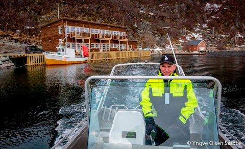 HARDE TIDER: Ingvard Johansen er gründer og eier av Ersfjordbotn Brygge har blitt hardt rammet av koronapandemien. Bildet  av Johansen foran rorbuene er tatt i forbindelse med en annen sak, da selskapets fremtid så langt lysere ut enn nå.