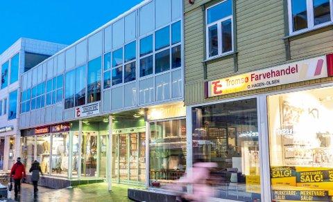 TO ETASJER: Kvinnen falt ned to etasjer fra fasaden på Torgcenteret i Tromsø sentrum. Vitner meldte i fra til nødetatene. Foto: Eskil Mehren