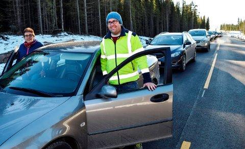 Oddveig Haugen og sønnen Jo André sto først i køen da 5,6 kilometer ny Fylkesveg 247 åpnet for trafikk fredag. - Det er grunn til å feire noe vi har ventet så lenge på, sier hun.