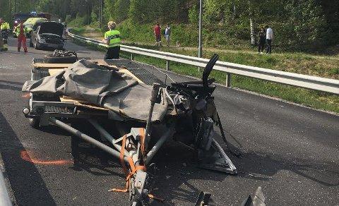 En bil mistet hengeren på fylkesvei 33. Hengeren traff møtende bil