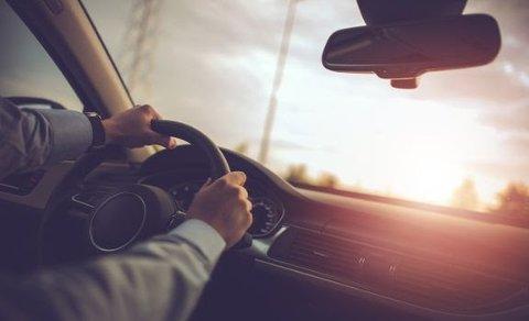 VASK INNVENDIG: NAF oppfordrer bilister til å legge inn vask av innsiden av frontruten som en del av bilvasken. Da ser du godt også når sola står lavt på himmelen.