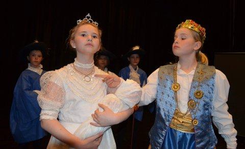 MAKTPAR: I stykket «d'Artagnan - en Musketer i Paris» spilles kong Ludvig den 13. av Maja Gangstad Jahren, mens Jenny Marie Bakke Lersveen. spiller dronning Anna av Østerrike.