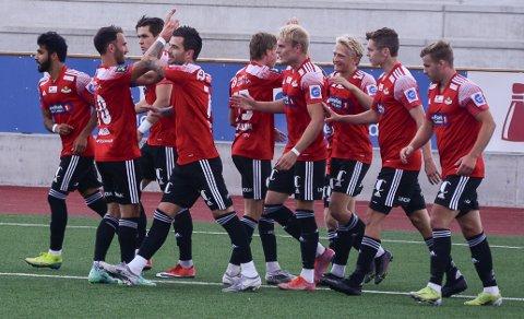 RØD JUBEL: SK Gjøvik-Lyns spillere jubler etter at Arne Ravndal har gitt laget ledelsen 1-0.