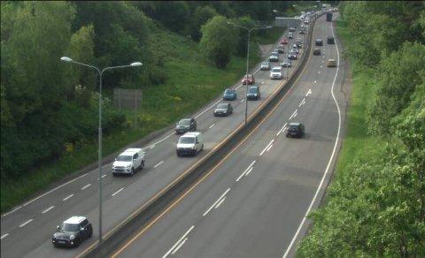 Statens vegvesens sitt webkamera i Sandstuveien viser at det er mye trafikk på vei inn på Ringveien. Køen snegler seg fra Nøstvet.