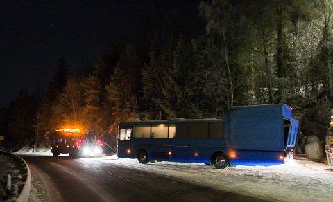 Fjernet: Onsdag kveld ble den blå bandbussen tauet bort av Viking.