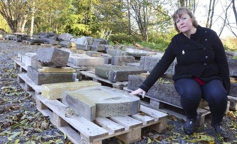 Borte for alltid: Ragnhild Andersen reagerer sterkt på at gamle gravstøtter mister navn eller blir destruert. Her fra Langestrand kapell. Foto: Bjørn-Tore Sandbrekkene