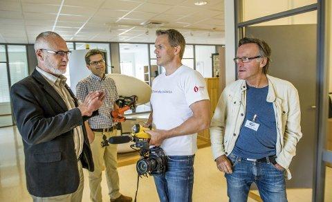 Snart av gårde: Ordfører Rune Høiseth (t.v.) var til stede for å ønsker deltakerne lykke til på ekspedisjonen. Jotronsjef Jan Erik Sæter sørger for at Torgeir S. Higraff, Øyvin Lauten og resten av mannskapet skal seile sikkert.