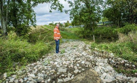 Basseng: Golfbanen ble omdannet til et stort basseng mot Stavernsveien før det rant over. – Veien ble vasket ut, og 40 cm av asfalten hang i løse luften, sier Arne Nicander i Kommunalteknikk.