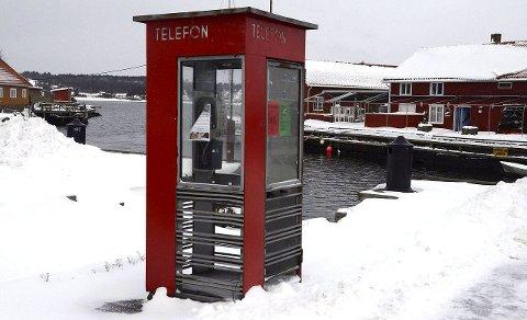 Kulturminne: Telefonkiosken i Nevlunghavn skal stå igjen som et minne fra en tid der mobiltelefoner ikke fantes. Men å ringe fra den kan du ikke lenger gjøre. Foto: Bjørn-Tore Sandbrekkene