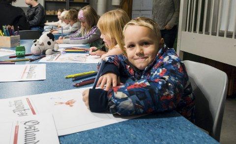 Tegnet fosider: Simen Olai Berg (5) var en av dem som koste seg med å tegne en avisforside under ØPs bursdagsfeiring søndag. Foto: Lasse Nordheim