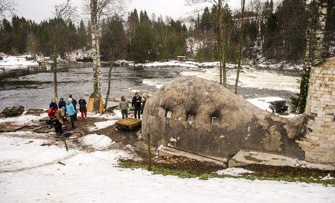 Første forsøk: Anagamovnen i Kjærra hadde bokstavelig talt sin første ildprøve onsdag. Inni ovnen var det samlet 500 keramiske kunstverk. Utenfor en gjeng studenter fra Høgskolen i Telemark.
