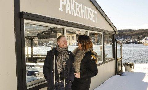 Gleder seg: Både artisten Simon Andersen og driver av Pakkhuset Lillys Skow Røed gleder seg til en sommer med show på kaikanten.foto: per albrigtsen
