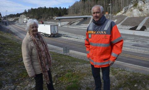 Får farens navn: Reidun Helene Bengtson og Knut Vedeld Hovde foran den nye brua som skal gå over hele den nye motorveien ved Kverken. Foto. Bjørn-Tore Sandbrekkene