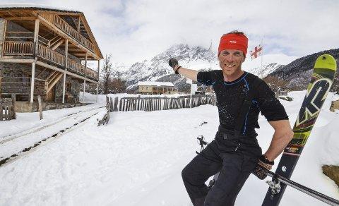 LANSERER TURBOK: Siden 2010 har Richard Bærug fra Brunlanes drevet hotell med kanskje verdens vakreste beliggenhet innunder fjellet Ushba i fjellene i Kaukasus. Nå har han skrevet bok med 96 forskjellige turer i Svaneti.