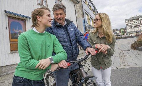 Grønt transportmiddel: Bjørn Walle (i midten) bruker elsykkel framfor bil når han tar seg rundt i byen. Det passer perfekt inn i partiets nye profil i Larvik, mener Birgitte Gulla Løken og Anders Høeg. Foto: Lasse Nordheim