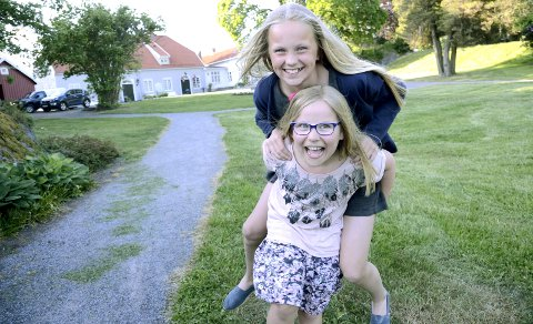 Skal løfte Larvik: Vilja Voll Midtgaard (8) er sterk. Her løfter hun medprogramleder Eila Aartun Nord (11). Lørdag skal de to være med og løfte Larvik. Foto: Bjørn-Tore Sandbrekkene