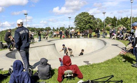 Yrende liv: Unge talenter fikk vist seg fram i bowlen på Månejordet Skatepark.foto: silje langvik