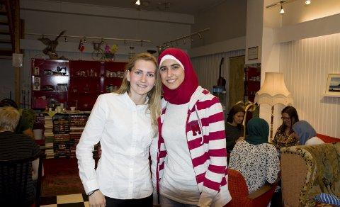 – stor interesse: De to venninnene Ellen Irene Rehn (19) og Daiana Jalabi (18) tok turen til Frivilligsentralen for å være med på Ungdomskafé. Daiana forteller at hun er imponert av at så mange er interessert i å lære arabisk. foto: vårin alme