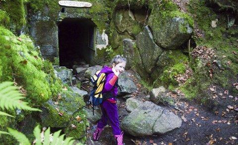 Skummelt: Alma Marie Furulund Svendsen (6) synes Ulsbakktunnellen så skummel ut. På turen sørget hun for at turlagets maskot, Turbo, kom seg helskinnet gjennom. Foto: Elisabeth Løsnæs