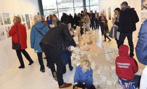 Eventyrlig: Besøket under Kulturnatt er alltid stort, Larvik kunstforening åpnet sin nye utstilling og har aldri hatt så mange folk på en åpning noensinne.Foto: per Albrigtsen