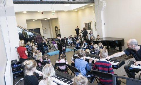 Orkester: To hele klasser i et felles orkester etter en times øving. Det ble det god lyd av i Sliperiet.foto: per Albrigtsen