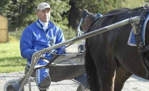 TIL LEGEVAKT: Frode Hamre kolliderte med Vidar Hop før den første V75-starten lørdag, og ble kjørt til legevakt med ryggsmerter.