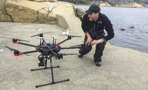 Droner: Kasper Hancke med en av de avanserte dronene med kameraer som brukes i Viksfjord. Disse gjør overvåkingen både enklere og mer nøyaktig.foto: niva