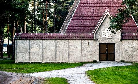 KAPELLET: En flekkete mur og små takplater i tre som det trengs å gjøre noe med er hva som møter deg når du komemr inn på Undersbo.